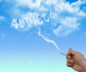 8222942-Nuage-de-fum-e-de-cigarette-et-de-la-main-avec-la-cigarette-toxicomanes-dans-les nuages Banque d'images